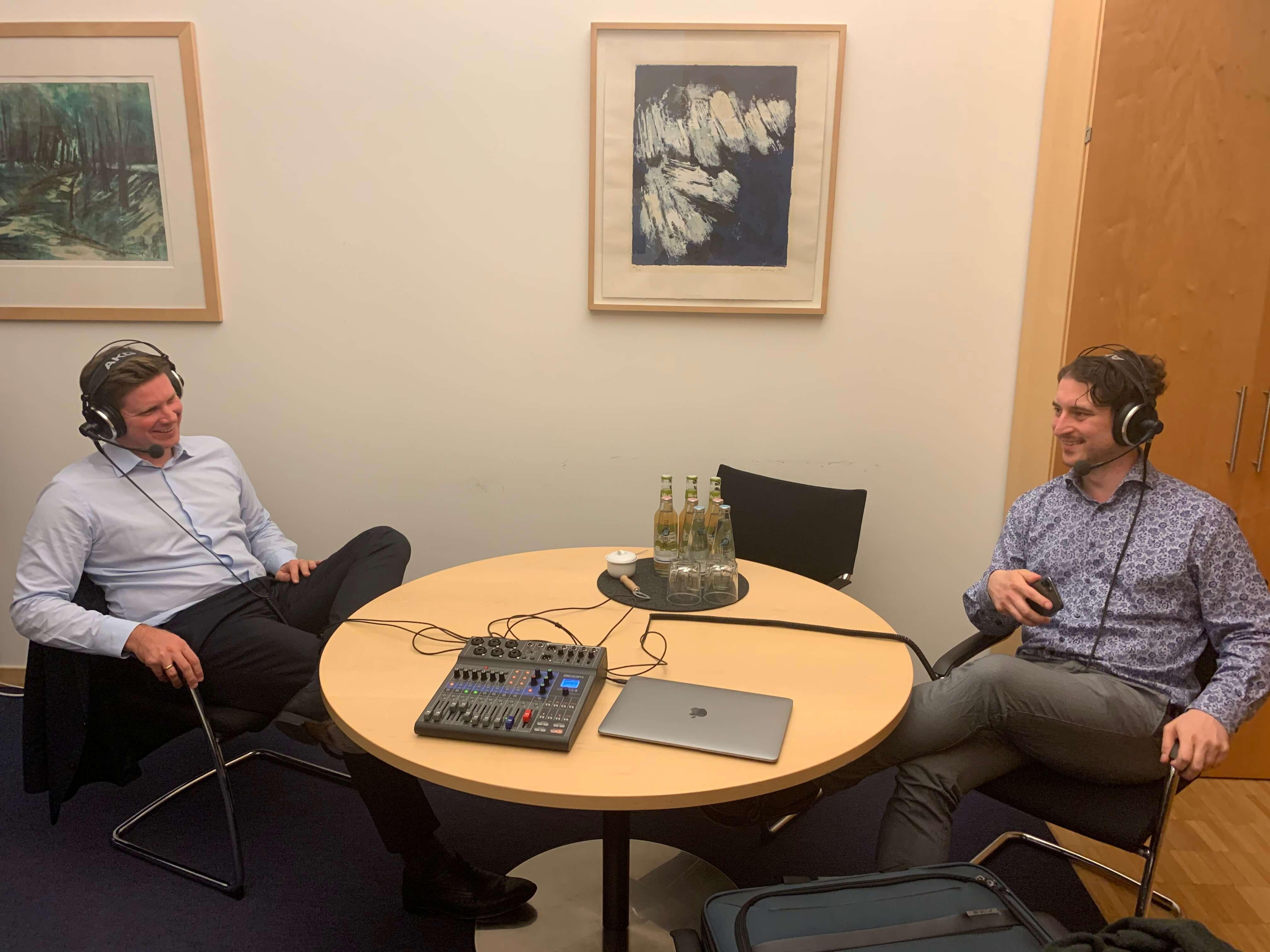Florian Toncar und Patrick Pehl sitzen am Tisch mit technischem Aufbau